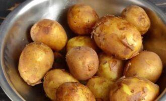 как варить молодую картошку в кастрюле