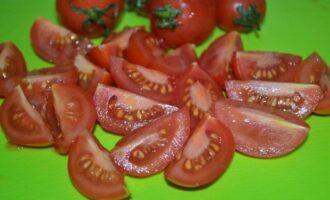 салат цезарь с курицей и помидорами черри, с сухариками и чесноком