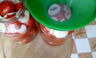 сладкие маринованные помидоры с луком на зиму