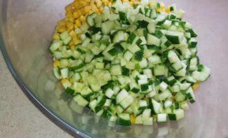 салат с копченой курицей и помидорами и кукурузой