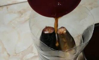 Соленая скумбрия в луковой шелухе и чайной заварке как копченая