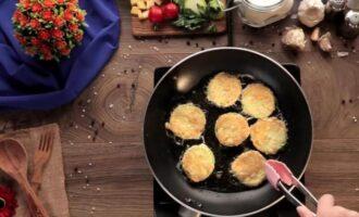 Кабачки с сыром чесноком и помидорами