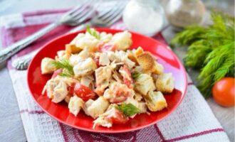 салат баварский с курицей и сухариками и помидорами и сыром рецепт