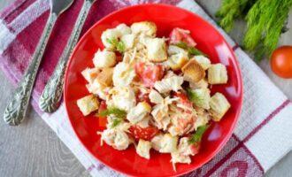 салат баварский с курицей и сухариками