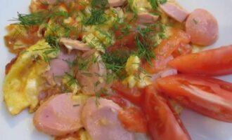 яичница с помидорами и сосисками на сковороде