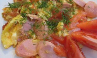яичница с помидорами и сосисками на сковороде рецепт с фото пошагово