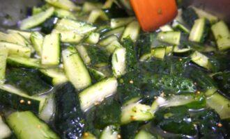 салат из огурцов с чесноком и укропом на зиму
