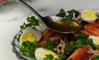 салат с тунцом и перепелиными яйцами с помидорами