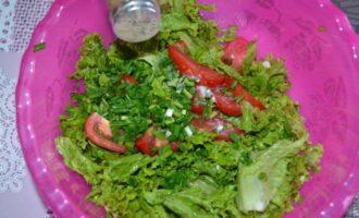 салат с консервированным тунцом и кукурузой и листьями салата