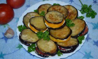 Баклажаны жареные на сковороде с чесноком и помидорами кружочками