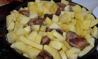 Жареная картошка с салом на сковороде