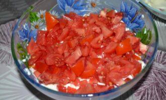 Салат из помидоров с сыром и чесноком