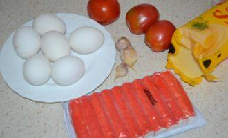 Слоеный салат с крабовыми палочками и помидорами и сыром яйцом