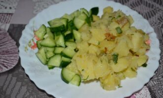 Отварной картофель с жареным луком и салом