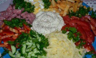 Салат Радуга с копченой колбасой и сухариками