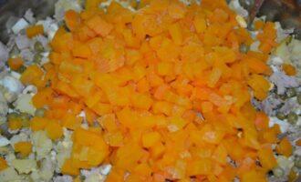 салат со свининой солеными огурцами и горошком