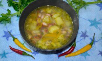 суп с фасолью и курицей и картошкой