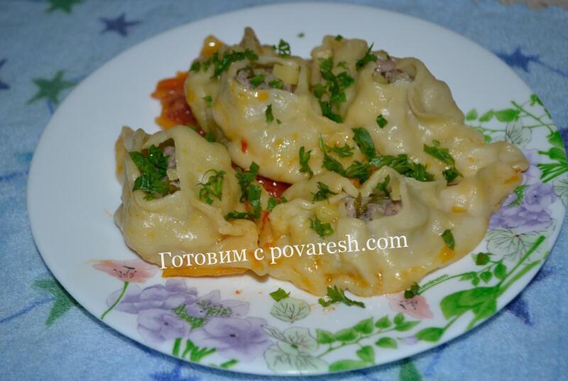 манты на сковороде с подливкой и овощами