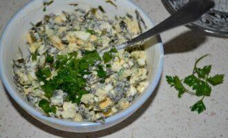 салат из морской капусты с яйцом и свежим огурцом